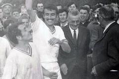 1968_René Dupont brandit la coupe