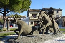 Statue de Fanfonne Guillierme sur son cheval Prince, accompagnée des bioù d'Or : Segren et Galapian