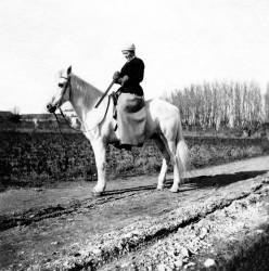 Mlle Fanfonne arme le fusil - 2 janvier 1916 (Col. Robert Faure)