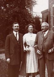 Mlle Fanfonne aux bras de son fiancé, Jean Hecht, et de son futur beau-père, Charles Hecht